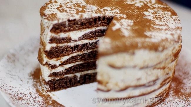 Готовим крем. Взбиваем миксером сахарную пудру и сливки. Взбивайте до устойчивых, твердых пиков. Не перестарайтесь, иначе получится масло. Намазываем коржи. Торт готов!