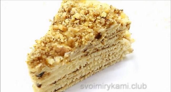 Теперь намажьте коржи кремом. Украсьте торт по своему желанию.
