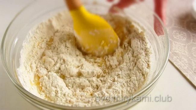 Тесто для макового пирога должно получится плотное.