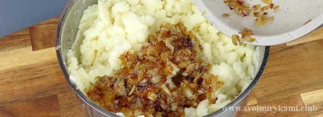 Смешиваем начинку для вареников с картофелем