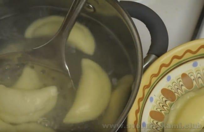 Если вы не знаете, сколько варить вареники с творогом, просмотрите видео в конце статьи.