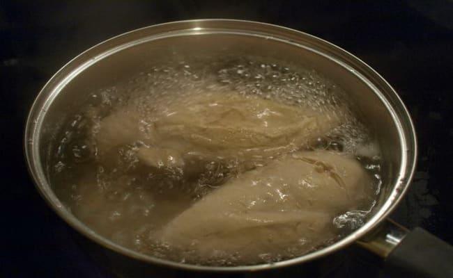 Отварим курица что бы добавить потом в салат нежность с яблоком