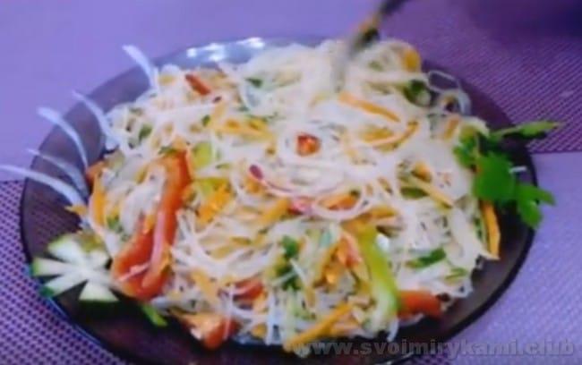 Узнайте, как правильно готовить фунчозу для салата.