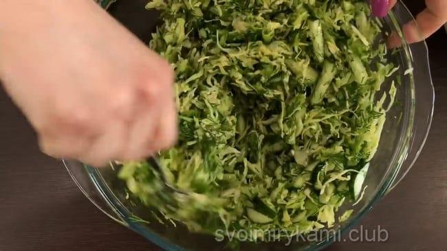 Хорошо перемешайте, и вот уже ваш полезный, вкусный, аппетитный весенний салат готов.