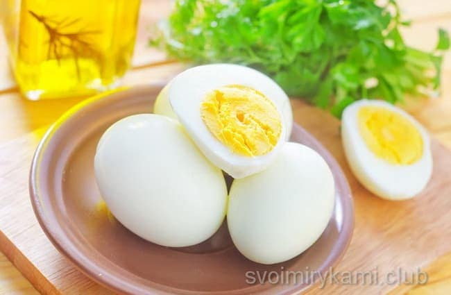 За это время сварились яйца. Слейте горячую и сразу же залейте яйца холодной водой (это нужно для того, чтобы они быстрее остыли и легко очистились от скорлупы).