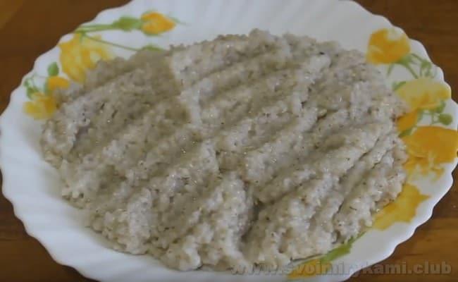 Подавайте молочную ячневую кашу, приготовленную в мультиварке, в порционных тарелочках.