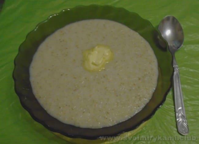Молочную ячневую кашу, приготовленную в мультиварке, можно подавать с кусочком сливочного масла.