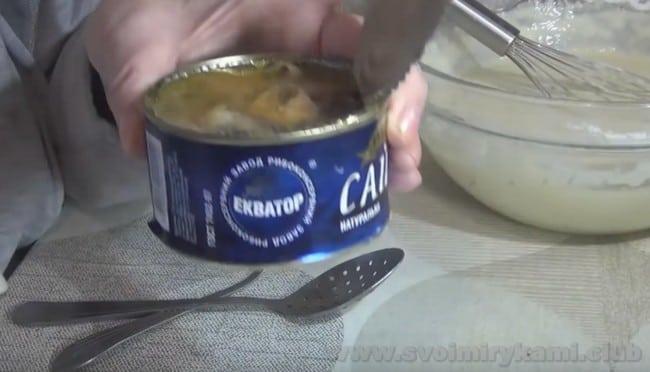 Взгляните, как легко можно сделать рыбный пирог из консервы.
