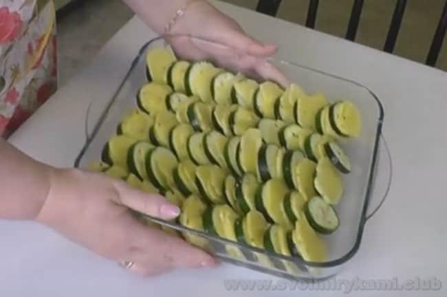 Овощная запеканка с кабачками приготовится очень быстро.