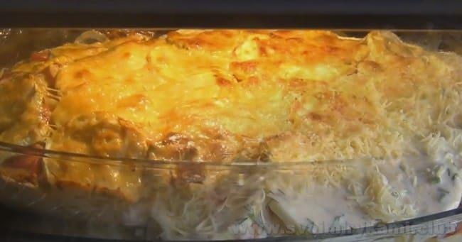 Кабачковую запеканку можно украсить тертым сыром.