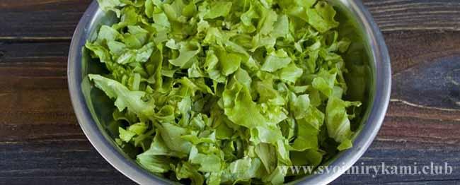 Подготавливаем листья салата