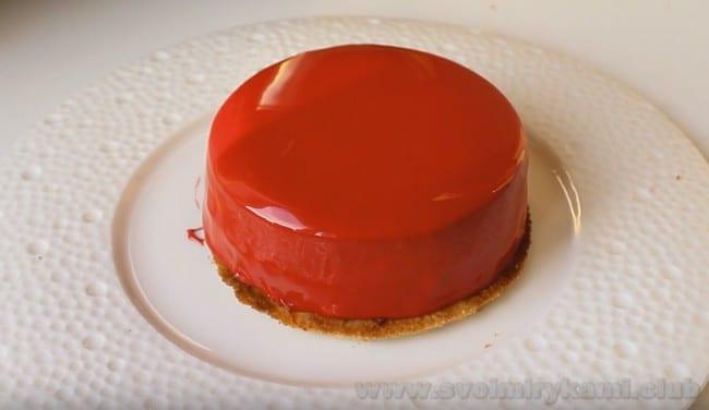 Перед подачей на стол подержите муссовые пирожные с зеркальной глазурью в холодильнике.