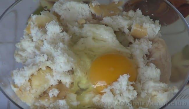 По похожему рецепту можно также приготовить мясные зразы с яйцом и сыром.