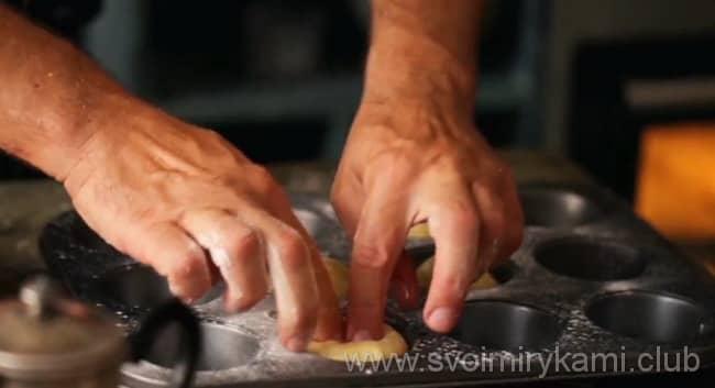 Укладываем шарики из теста в формы и делаем сверху углубление