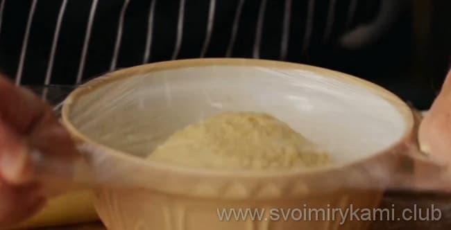 Накрываем тесто пищевой пленкой