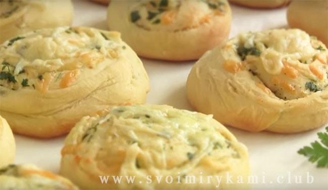 Перекладываем готовые булочки с сыром на блюдо