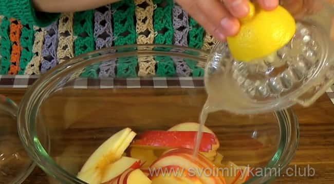 Поливаем яблоки лимонным соком
