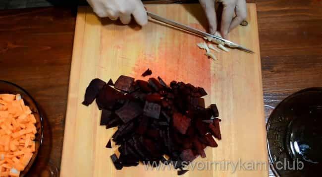 Мелко нарезаем чеснок