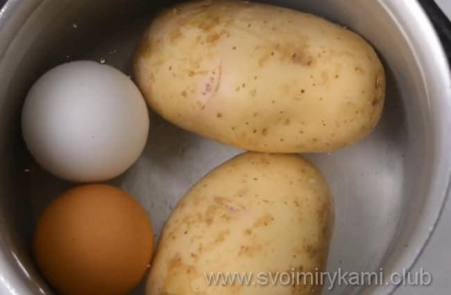 Ставим варить яйца и картофель