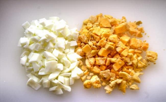 Отделяем желток от белка и измельчаем пот отдельности.