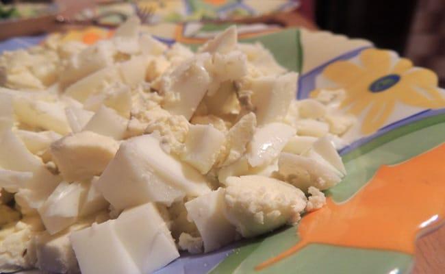 Измельчаем яйца для холодник из свеклы на воде по классическому рецепту.