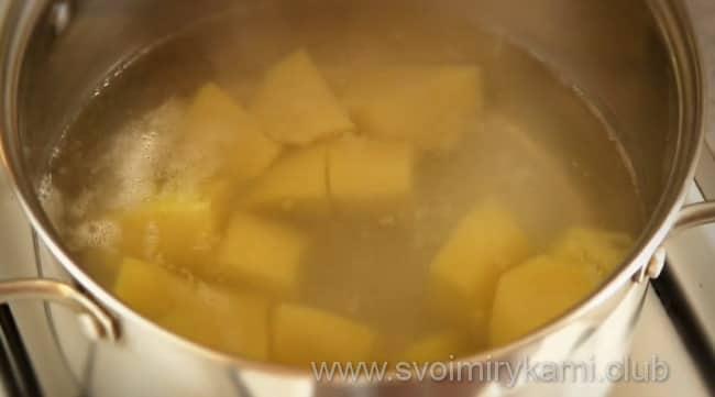 Отвариваем картофель в кастрюле