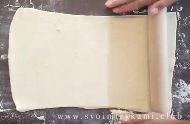 При помощи скалки раскатываем тесто