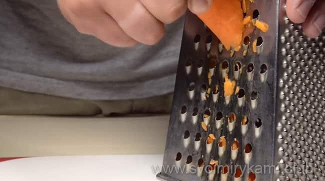 Натираем на терке морковь