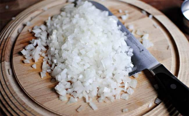 Мелко нарежим лук и потом добавим в салат нежность с крабовыми палочками.