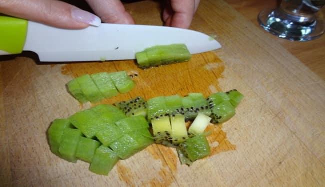Нарезаем очищенный от кожуры киви на кубики и слайсы что бы потом добавить в салат нежность с яблоком.
