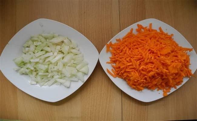 Нарезаем лук и трем морковь через крупною терку что бы добавить в суп из красной чечевицы