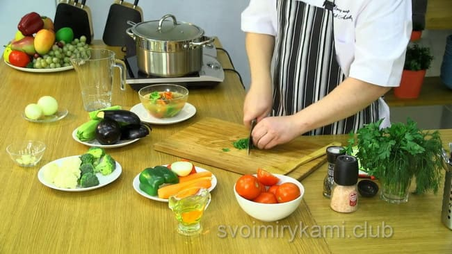 Измельчите чеснок для овощного супа.