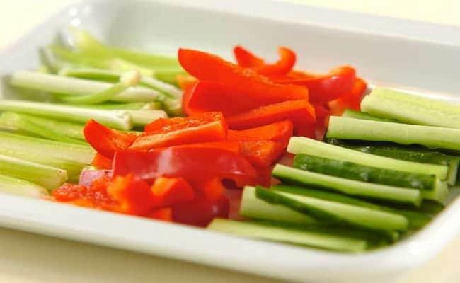 Нарезаем перец и огурец соломкой и добавляем в салат нежность рецепт с ветчиной и огурцами.