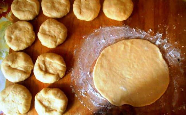 Расскатаем тесто для вак беляшей в духовке а лепешку на 10-8 см