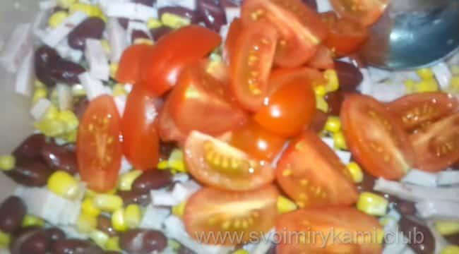 Добавляем в салат помидоры, нарезанные дольками
