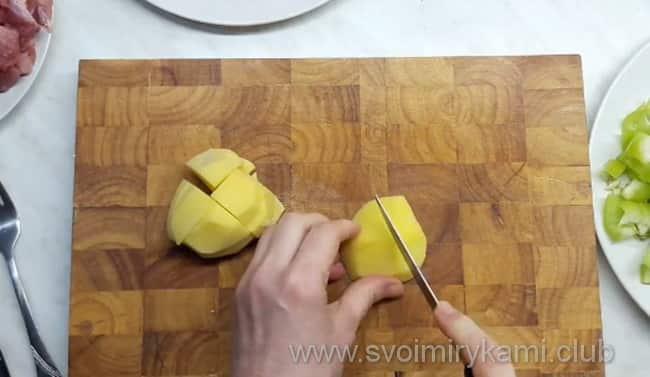 Нарезаем картофель небольшими брусочками
