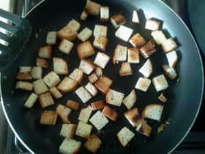 Жарим гренки для супа-пюре из цветной капусты
