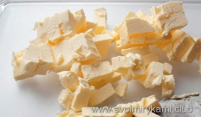 Режем сливочное масло на кусочки