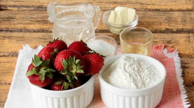 Чтобы приготовить вкусные вареники со свежей клубникой, мы возьмем такие ингредиенты