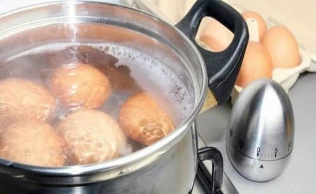 Варим яйца что бы потом добавить в салат нежность рецепт с ветчиной и огурцами.