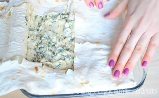 Закрываем наш пирог из лаваша с сыром и зеленью по плотней.