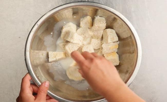 замачиваем хлеб в молоке что бы потом добавить его в котлеты из фарша классические рецепт