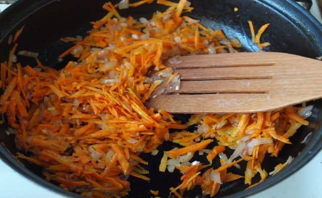 Добавляем до лука морковь и потом добавляем в котлеты из чечевицы