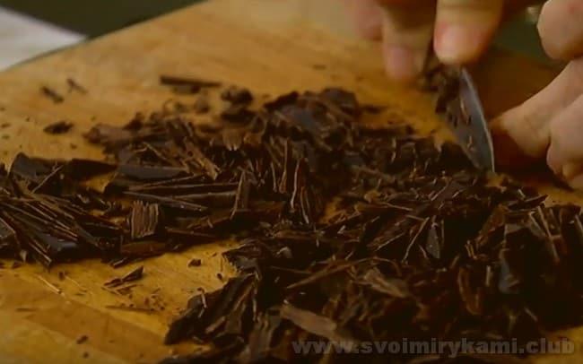 В банановый хлеб на растительном масле и сметане добавим шоколад.