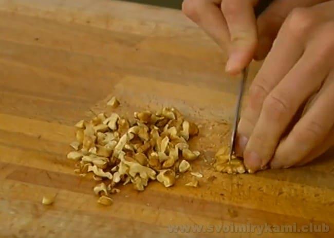 Грецкие орехи измельчим, чтобы приготовить банановый хлеб на растительном масле и сметане.