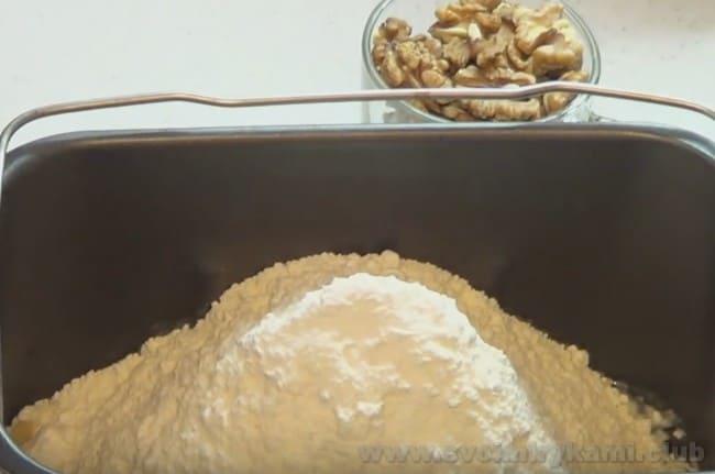Приготовить тесто для приготовления бананового хлеба в хлебопечке не составит никакого труда.