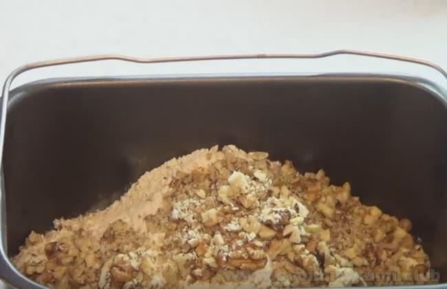 Тесто для приготовления бананового хлеба можно замесить прямо в хлебопечке.