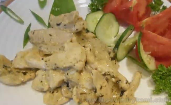 Подавайте бефстроганов из курицы с грибами горячим.