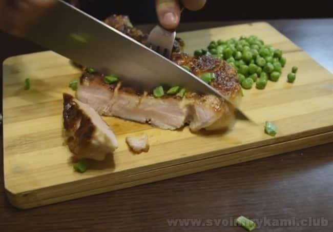 Бифштекс из свинины лучше всего подавать с легкими овощами.