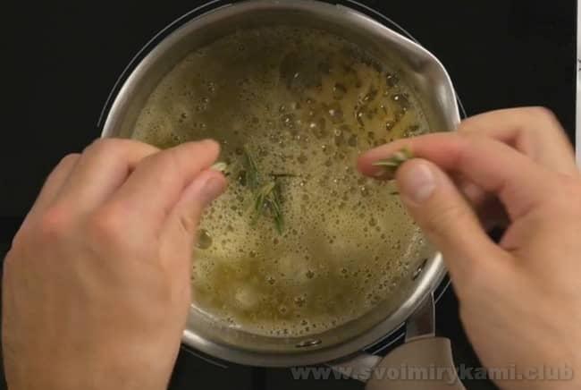Бифштекс рубленный можно также приготовить из свинины в такой же последовательности, как в нашем рецепте с фото.